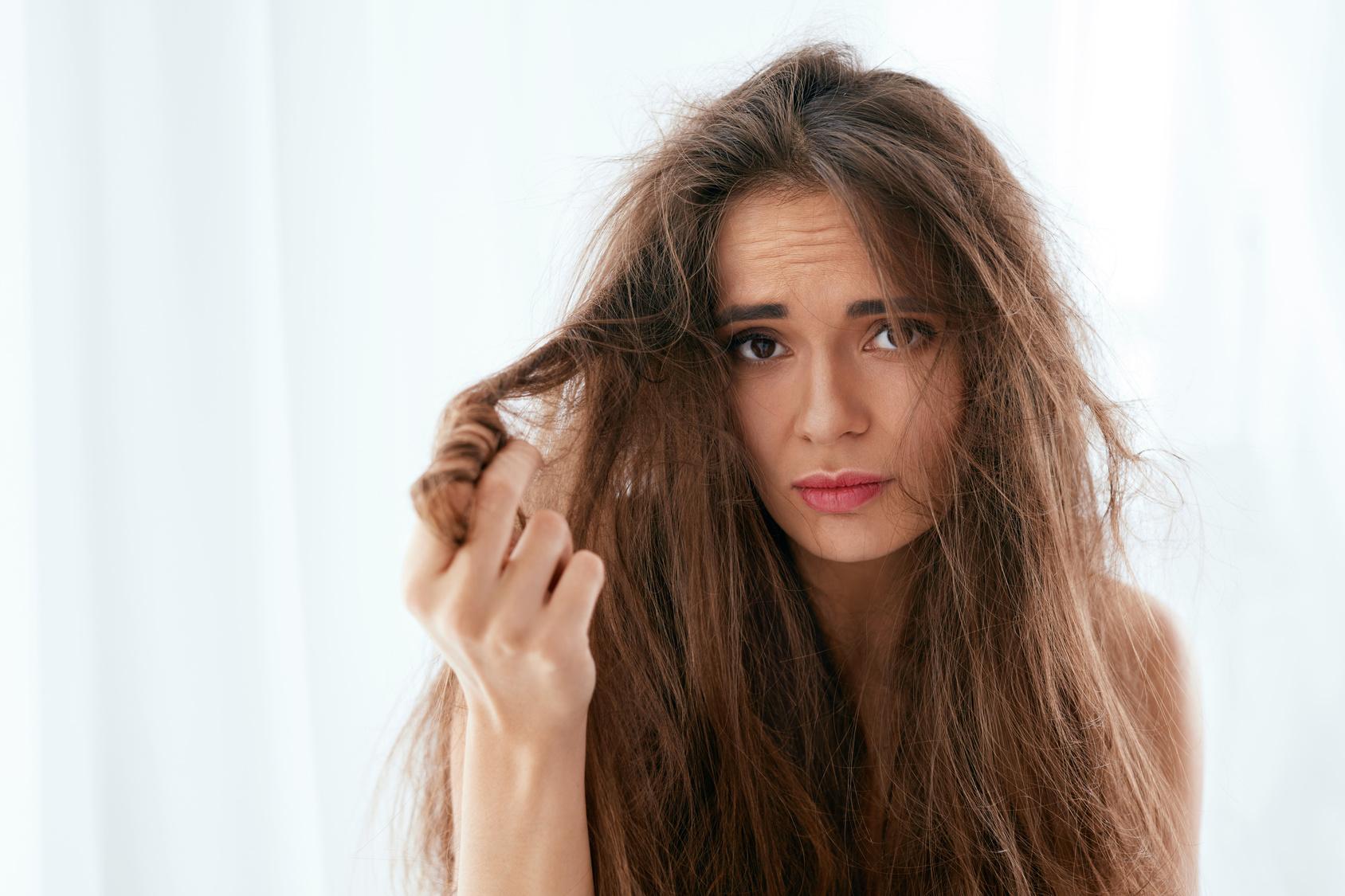 Dlaczego zimą elektryzują się włosy i jak temu zaradzić?